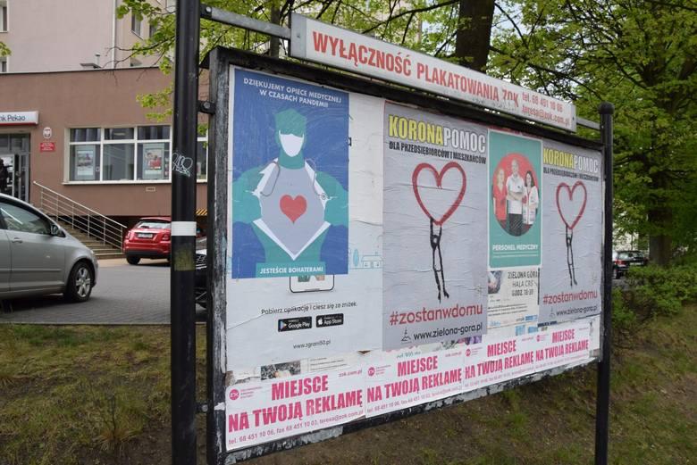 Plakaty wspierające medyków, ale też zachęcające do zostania w domu, można zobaczyć w wielu punktach Zielonej Góry. Tutaj projekt z medykiem): Izoldy Bączkowskiej, z SOR: Iza Kaczmarek-Szurek.