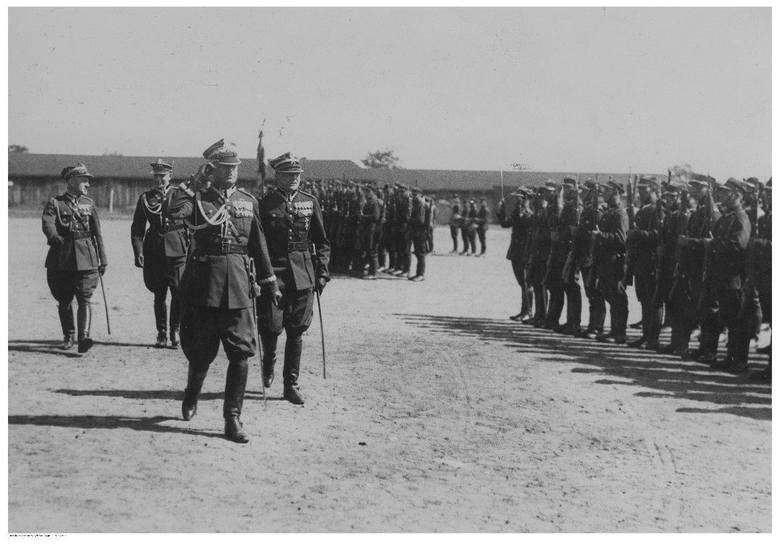 Święto 7 Batalionu Saperów w Poznaniu<br /> Gen. Oswald Frank (na pierwszym planie) w towarzystwie m.in.: płk. Konstantego Skąpskiego i mjr. Tobika przechodzi przed frontem oddziałów.