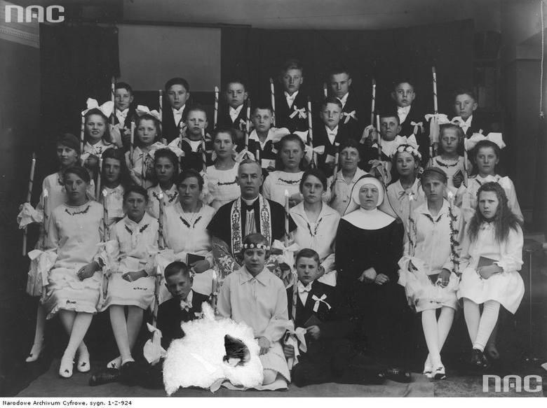 Dzieci polskich robotników z parafii Greifswald na Pomorzu Pruskim w dniu Pierwszej Komunii Świętej
