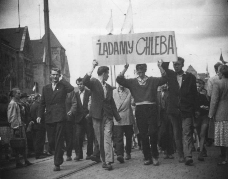 Jedno z najsłynniejszych, symbolicznych zdjęć z wydarzeń Poznańskiego Czerwca'56. Po latach okazało się, że wiele fotografii wykonali tajniacy UB.Zobacz