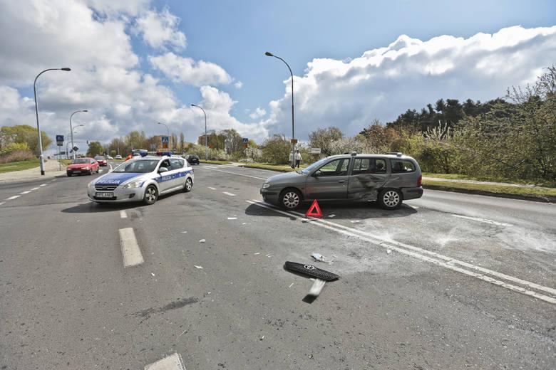 Kraksa na ul. Łużyckiej. Renault megane zderzyło się z toyotą