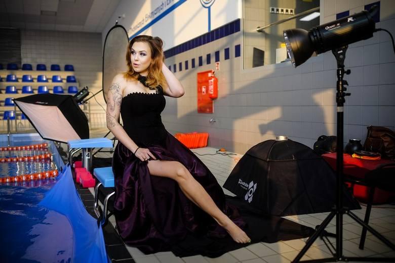 Podwodna sesja mody alternatywnej w basenie w Toruniu. Zdjęcia tylko u nas!