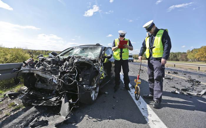 """Do wypadku doszło w piątek, 29 kwietnia na S3 pod Zieloną Górą. Osobowe audi z niewyjaśnionych jeszcze przyczyn wjechało prosto pod """"tira""""."""