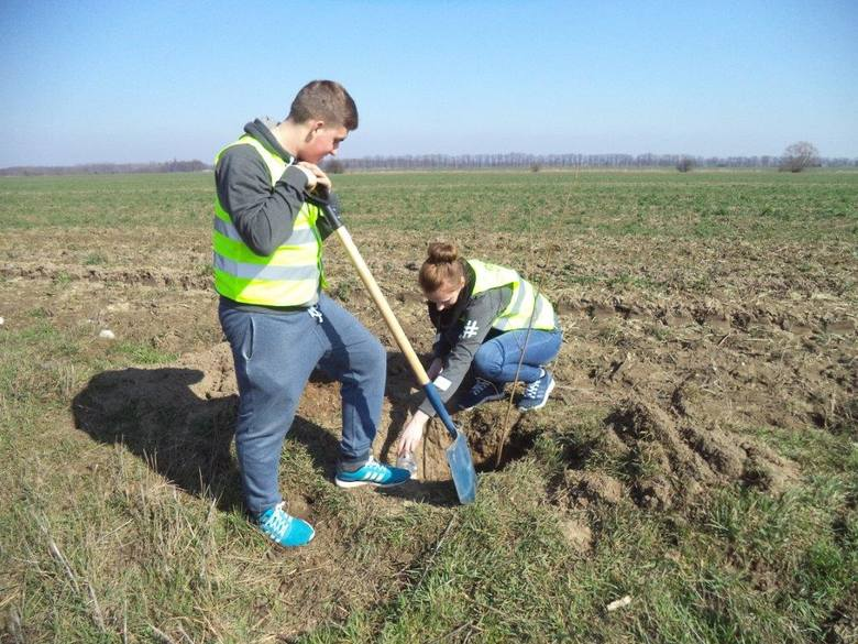 Rolnicy muszą kolejny rok zmagać się z suszą, która niszczy ich plony. W tym roku najprawdopodobniej najgorszą. Dlatego sami także podejmują działania