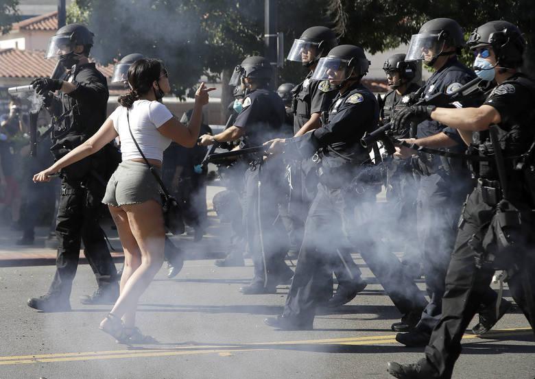 Demonstrantka przed oddziałem policji w San Jose w Kalifornii
