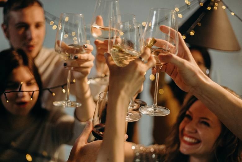 Najłatwiejszym sposobem uniknięcia kaca jest ograniczenie spożycia trunków: jedna, dwie lampki wina zamiast całej butelki albo jedno piwo zamiast pięciu.