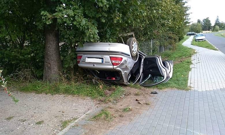 W poniedziałek (16 września) doszło do wypadku w Głobinie. Kierowca samochodu osobowego stracił panowanie nad pojazdem. Zjechał z drogi i dachował. Jak