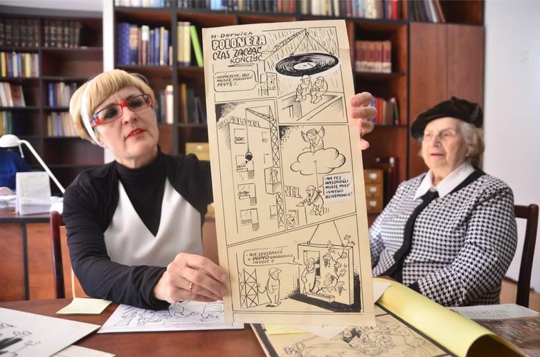 Małgorzata Derwich przy znaku z rysunkiem autorstwa swojego taty.