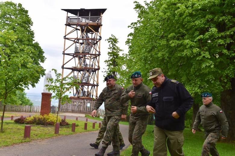 Niecodzienny widok. Wizyta trzech generałów na polsko-ukraińskiej granicy w okolicach Przemyśla. Obecnie wojsko wspiera Straż Graniczną w ochronie granicy