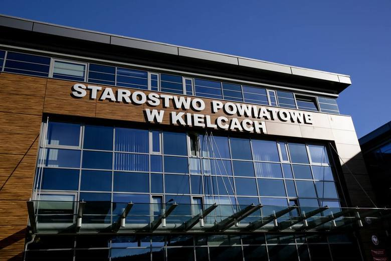 Nietypowe zguby trafiły do Biura Rzeczy Znalezionych w Starostwie Powiatowym w Kielcach. Czyja kosa i telefon?