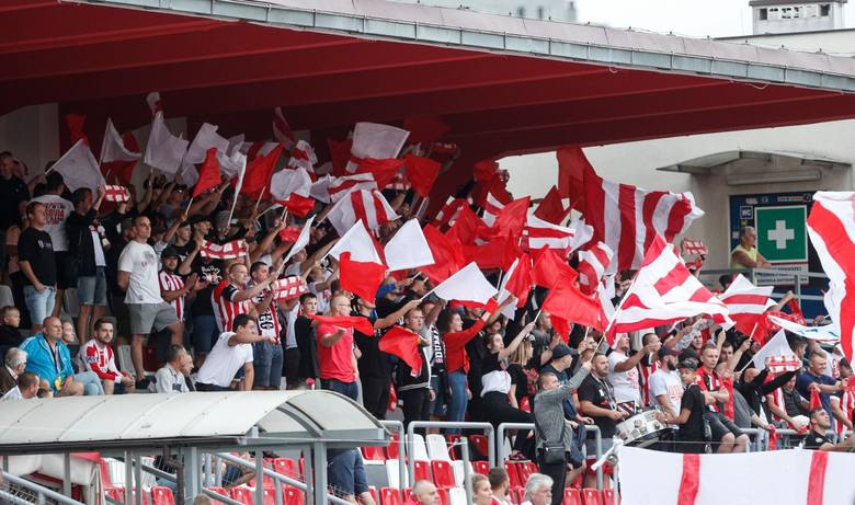 Mecz w Rzeszowie obserwował rekordowa liczba 2048 kibiców.