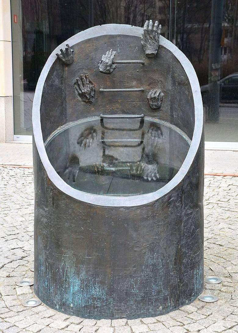 Pomnik ewakuacji bojowników getta warszawskiego przy ul. Prostej 51 w Warszawie