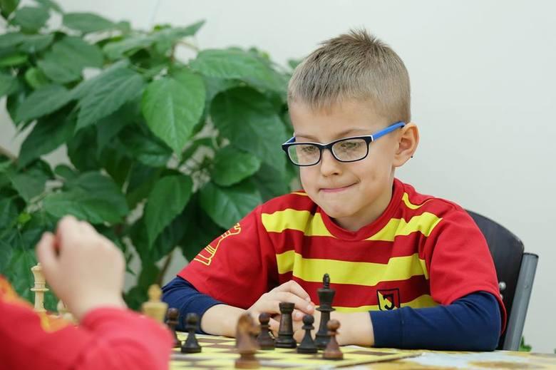 Oskar to radosny i pełen energii chłopiec. Lubi sport i dużo się śmieje. Ale kiedy siada do szachów jest poważny i skupiony