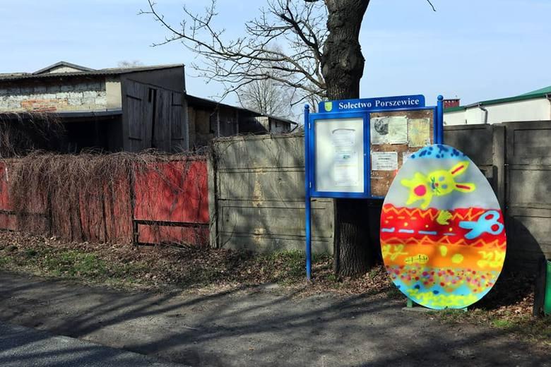 Ogromne pisanki od dzieci i Kruka stanęły na terenie gminy Pabianice. W których miejscowościach możemy je zobaczyć? ZDJĘCIA