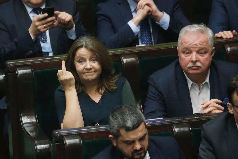 """Posłanka PiS Joanna Lichocka przeprasza z pokazanie palca w Sejmie i apeluje o """"stonowanie emocji"""""""