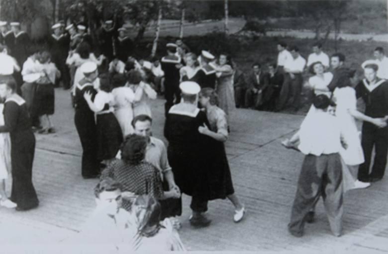 Ozdrowieńcy brali udział we wspólnych zabawach tanecznych z  Polkami i Polakami, co dawało ułudę normalnego życia