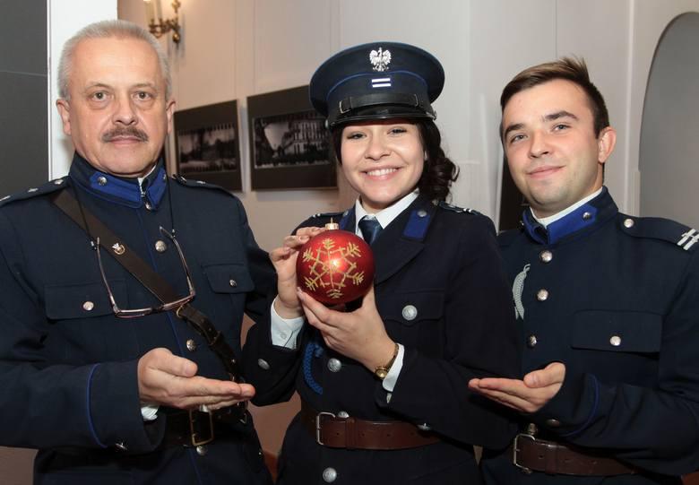 W malowaniu bombek uczestniczyli też radomscy rekonstruktorzy przedwojennej policji, od lewej: Paweł Łuk-Murawski, Agata Podsiedlak i Jarosław Molen