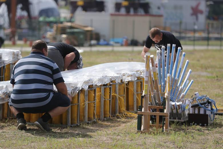 Przygotowania do festiwalu fajerwerków Pyromagic w Szczecinie.