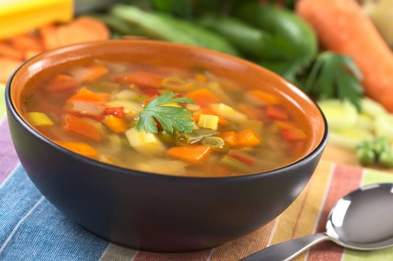 Podstawą wszystkich zup na diecie dr Dąbrowskiej jest bulion warzywny, czyli czysty wywar z włoszczyzny.