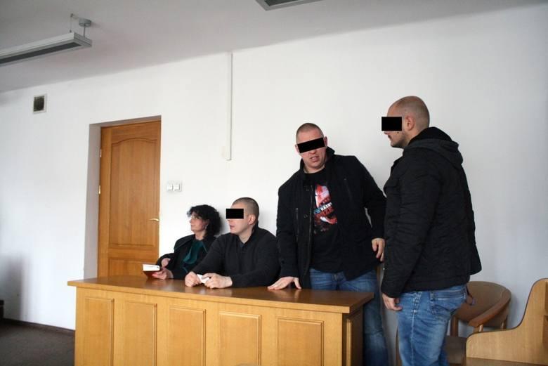 Paweł M. z Tomaszem P. i Grzegorzem Z. ps. Zielak na procesie w sprawie kradzieży maczet z marketu