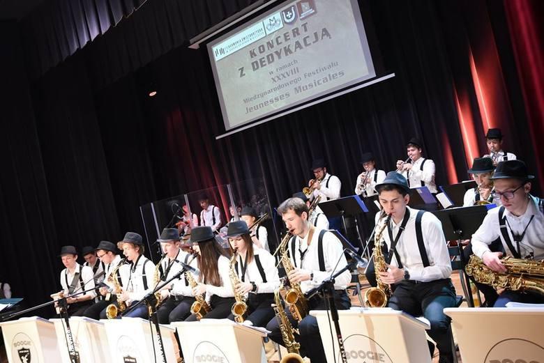 Samorządowe Centrum Kultury w Sędziszowie w niedzielny wieczór na swojej scenie gościło Big Band z Zespołu Państwowych Szkół Muzycznych w Kielcach pod
