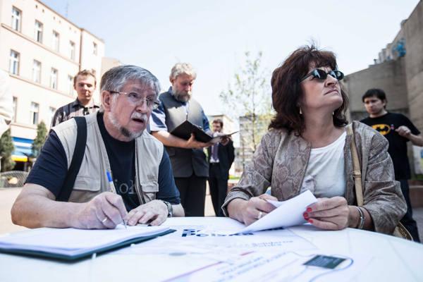 Pan Lechosław, który podpisał się pod projektem, dba o dobre wykształcenie swoich wnuków z zakresu historii Polski.