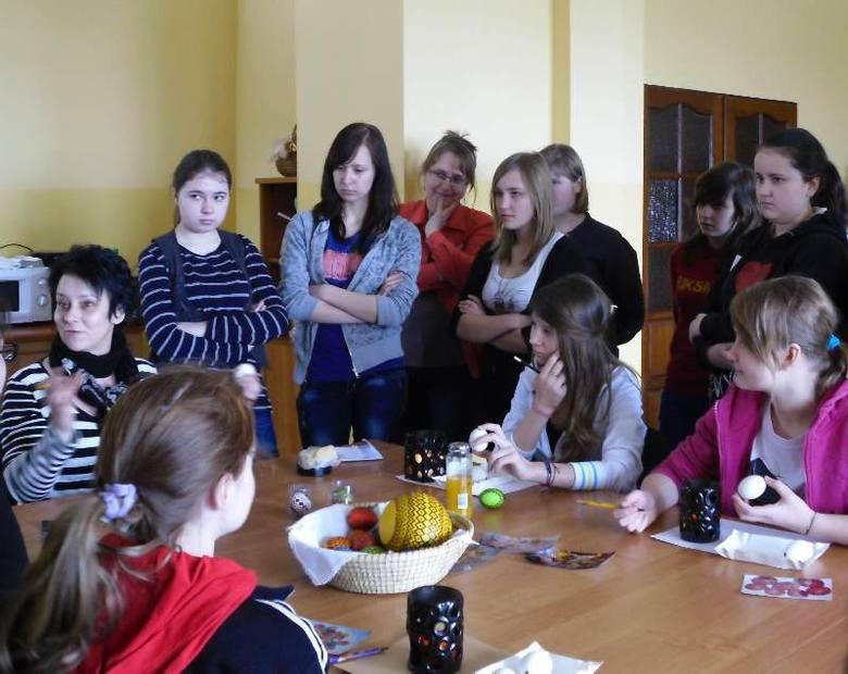 W zajęciach prowadzonych przez Urszulę Sinkowską wzięło udział 20 uczennic Gimnazjum Gminnego im. Zagłębia Miedziowego