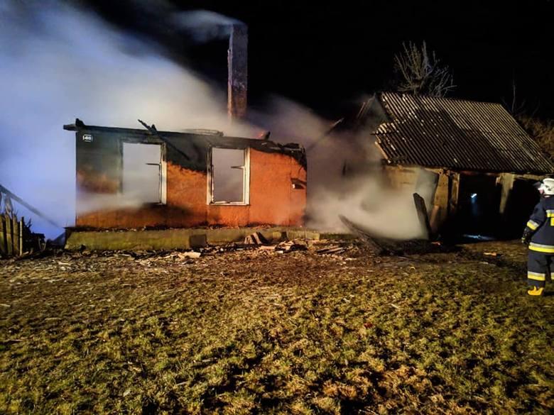 We wtorek, o godz. 22.30, strażacy z OSP w Knyszynie otrzymali zgłoszenie o pożarze domu w miejscowości Kropiewnica. Po przybyciu na miejsce okazało