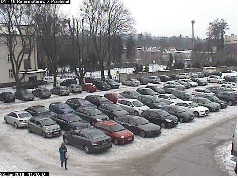 Kierowcy zaparkowali w 3 rzędach.
