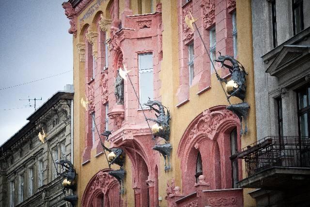 Gigantyczne metalowe smoki zamontowano na elewacji budynku podczas renowacji przeprowadzanej w 2011 r.