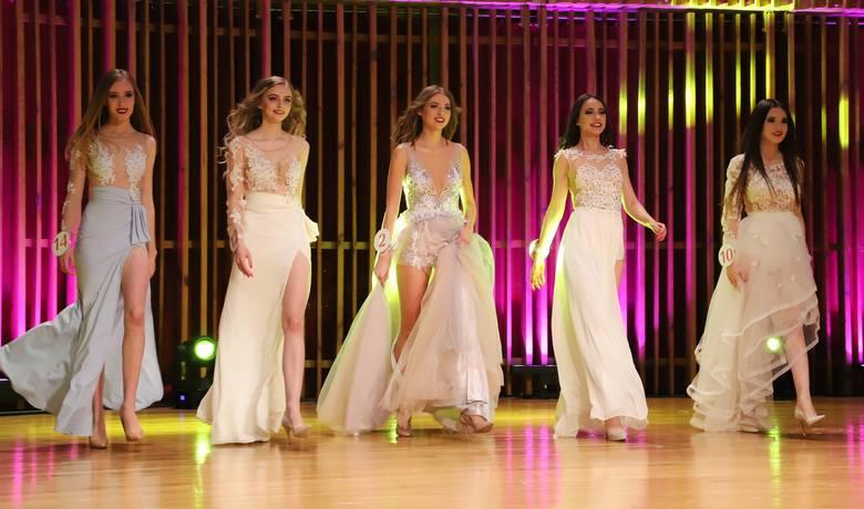 W trakcie piątkowego finału Miss Ziemi Radomskiej 2019 kandydatki ubiegające się o koronę zaprezentowały się między innymi w sukniach wieczorowych marki