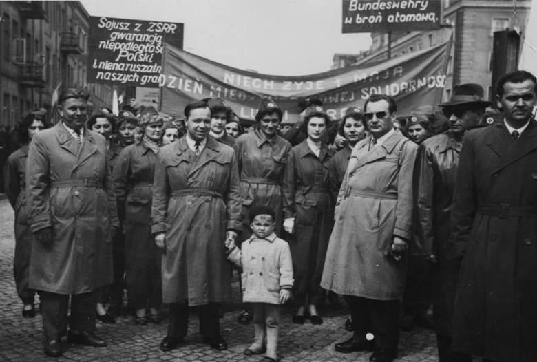 Pracownicy Fabryki Przyrządów i Uchwytów na pochodzie z okazji święta 1 maja, Białystok, 1 maj 1966 r.Dziesiątki takich zdjęć zgromadziła już w swoich