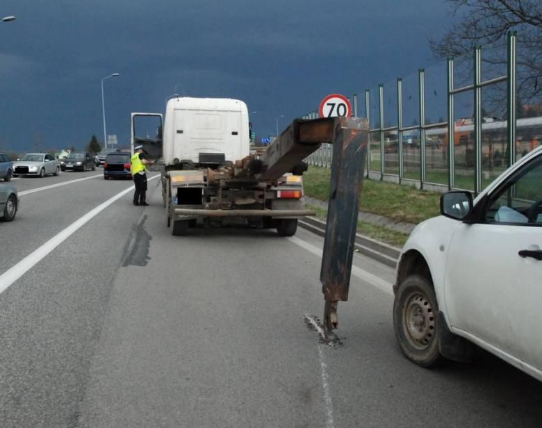 Policjanci wyjaśniają okoliczności wtorkowego zdarzenia na drodze krajowej nr 94 w Muninie pod Jarosławiem. Ze wstępnych ustaleń wynika, że kierujący