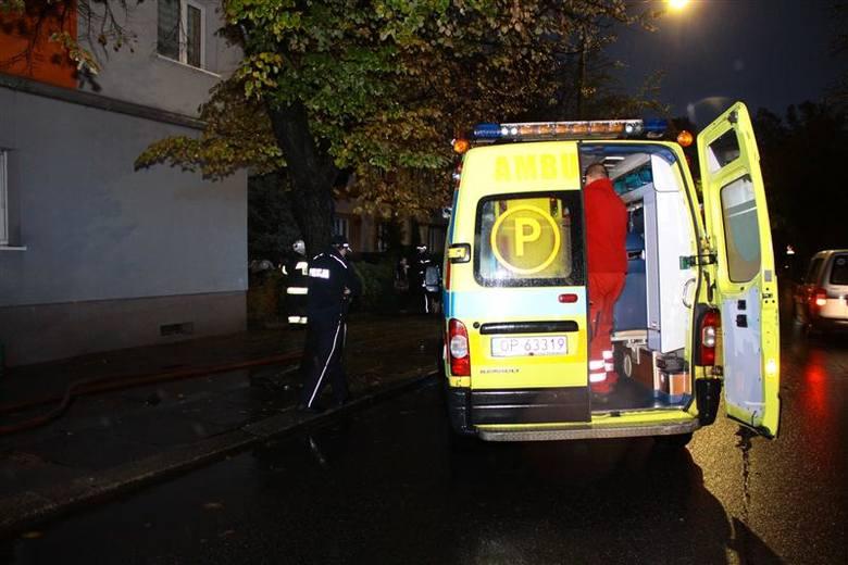 Spaliły się dwa pokoje mieszkania na parterze.