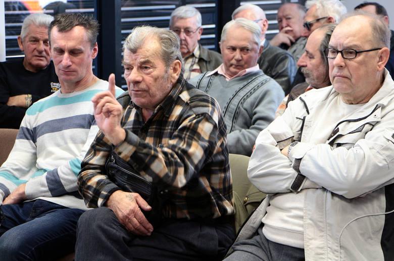 """Czy wrócą gimnazja? Co z programem """"500 plus""""? Czy podwyższony zostanie wiek emerytalny? Na jaką opiekę liczyć będą mogli  seniorzy?  Jeśli... PO wygra"""