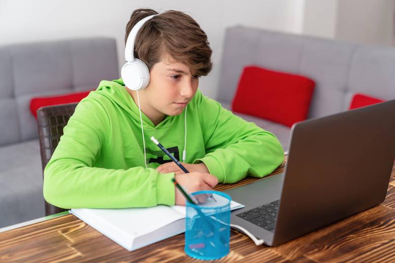 Do 30 grudnia można składać wnioski o dofinansowanie na zakup komputera dla dziecka. Wsparcie wynos 1500 zł. Sprawdź, czy możesz je otrzymać!