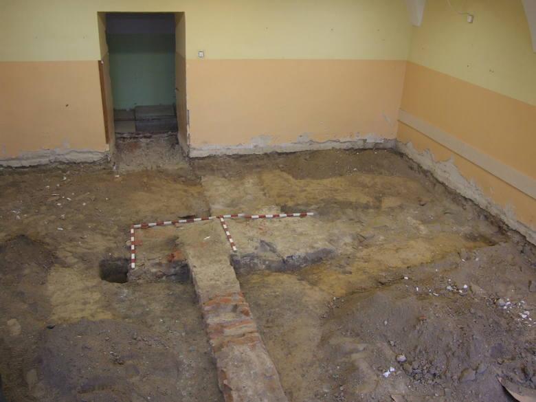 - Najciekawszym znaleziskiem jest kamienny relikt muru o szerokości 1 metra. To mógł być kiedyś fundament narożnika budynku. Do niego był dostawiony późniejszy, ceglany mur - opisuje  archeolog Dariusz Bednarski z firmy Archee.