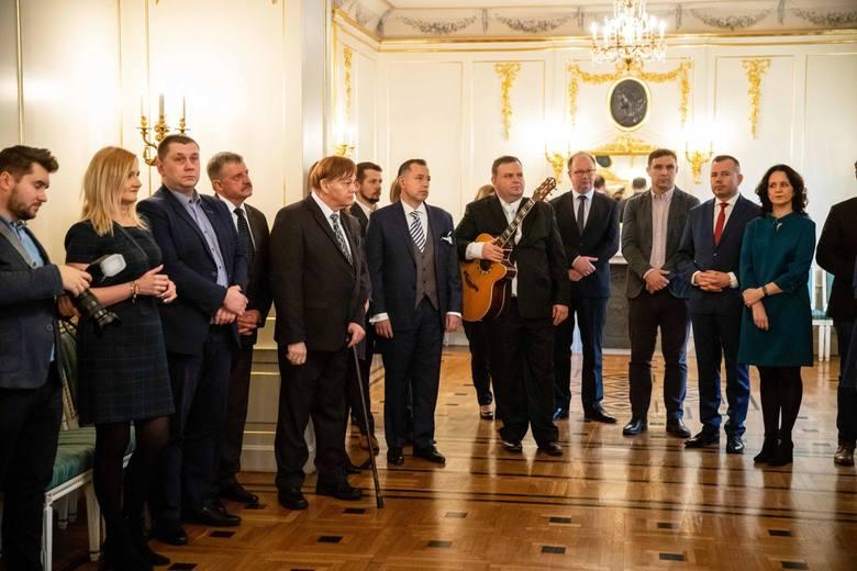 Zaśpiewali kolędy, podzielili się opłatkiem. Tak świętowali białostoccy radni. W dorocznym spotkaniu opłatkowym w Pałacyku Gościnnym uczestniczyli m.in.