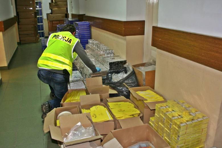 Ponad 597 tysięcy sztuk papierosów i 77 kilogramów suszu tytoniowego zabezpieczyli policjanci z bydgoskiej komendy wspólnie z funkcjonariuszami Izby