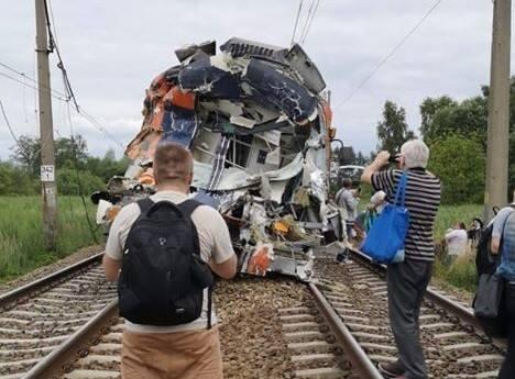 Wypadek w Daleszewie. Pociąg osobowy zderzył się z cieżarówką. Jedna osoba nie żyje, jest wielu rannych [ZDJĘCIA]