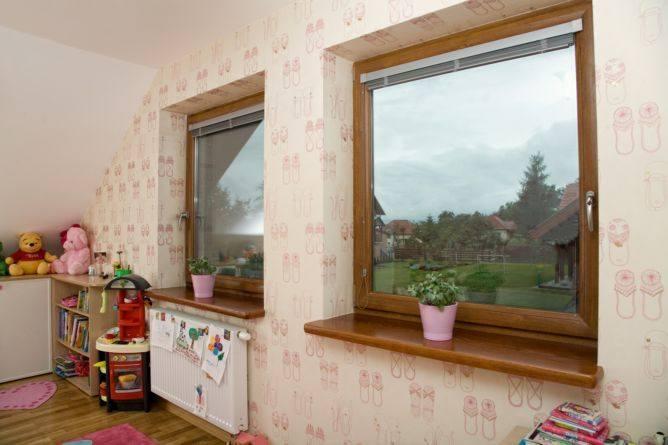 Producenci oferują okna przyjazne i bezpieczne dla dzieci, choćby okna z klamką na kluczyk albo przyciskiem zabezpieczającym przed otwarciem okna oraz
