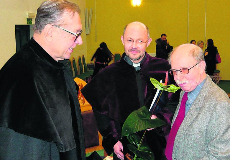 Doktor honoris causa Uniwersytetu Opolskiego Krzysztof Zanussi (z lewej) w towarzystwie profesorów ks. Marka Lisa - promotora i laudatora doktoratu - i Michał Lis - historyk śląskoznawca, Opole 2010. <br />