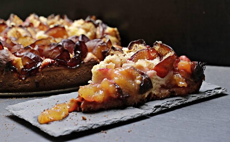 Ciasto drożdżowe ze śliwkami i innymi owocami Ciasto ze śliwkami i innymi owocami250 g margaryny1 szkl. cukru3 łyżki wody2 jajka2 szkl. mąki pszennej1,5