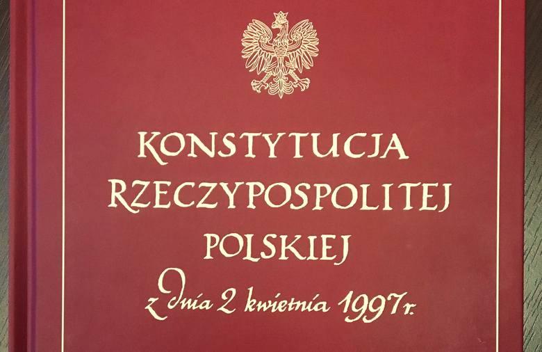 Pochodzący z Inowrocławia poseł PO Krzysztof Brejza postanowił przekazać na licytację w ramach WOŚP okolicznościowy - kolekcjonerski - egzemplarz Konstytucji