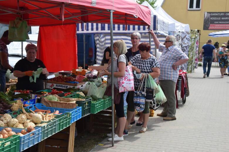 Barwnie było w piątek, 11 czerwca na targowisku miejskim we Włoszczowie. Były między innymi pyszne czereśnie, ale drogie - za kilogram trzeba było zapłacić