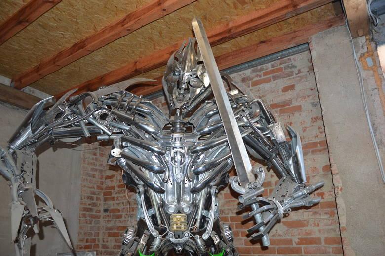 Filmy SF są dla Sebastiana Kucharskiego tylko inspiracją, nie odwzorowuje dokładnie postaci filmowych. Pewne elementy robotów wykonuje całkowicie własnoręcznie. Na przykład broń.