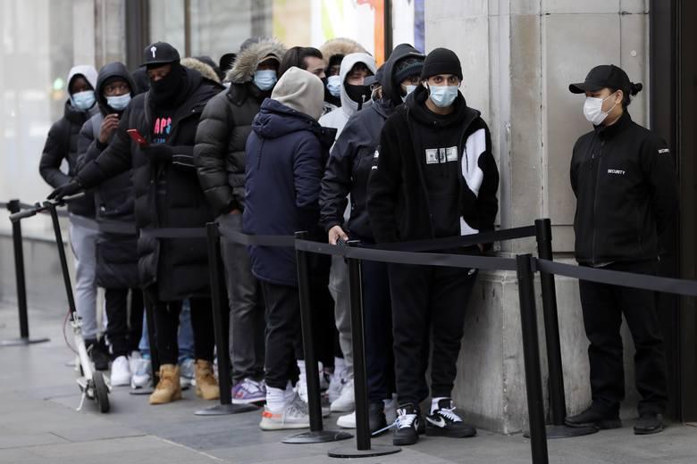 Anglia: luzowanie obostrzeń. Ruszyły salony fryzjerskie i siłownie, ludzie tłumnie ruszyli do pubów
