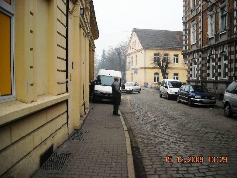 Chodnik to idealne miejsce, żeby zaparkować dostawczego busa