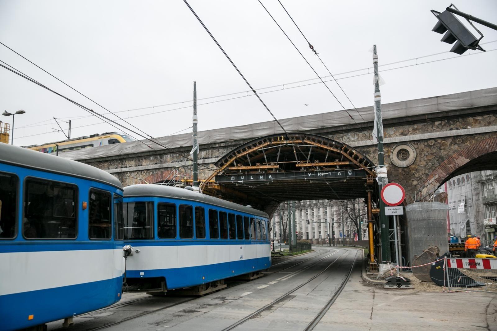 24b07d20d0ed2 W tym czasie wprowadzone zostaną następujące zmiany w funkcjonowaniu  Komunikacji Miejskiej w Krakowie: linia 1 - kursować będzie po trasie  czasowo ...