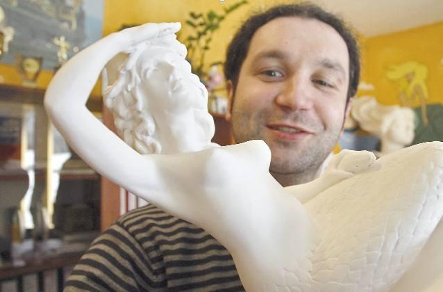 Projekt pomnika syrenki prezentuje Włodzimierz Wolski, dyrektor LOT w Ustce. Autorem pomnika będzie rzeźbiarz Michał Rosa z Ustki, wykładowca na Akademii